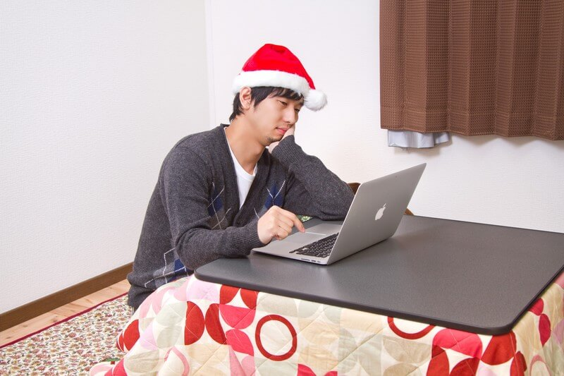 彼女へのクリスマスプレゼントに悩む男性