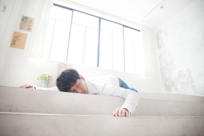 疲れ果てて眠る男性