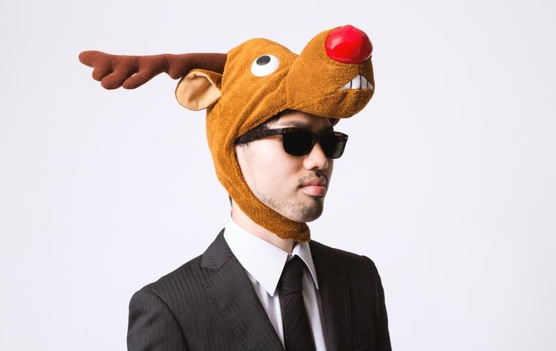 クリスマスにトナカイのかぶりものをする男