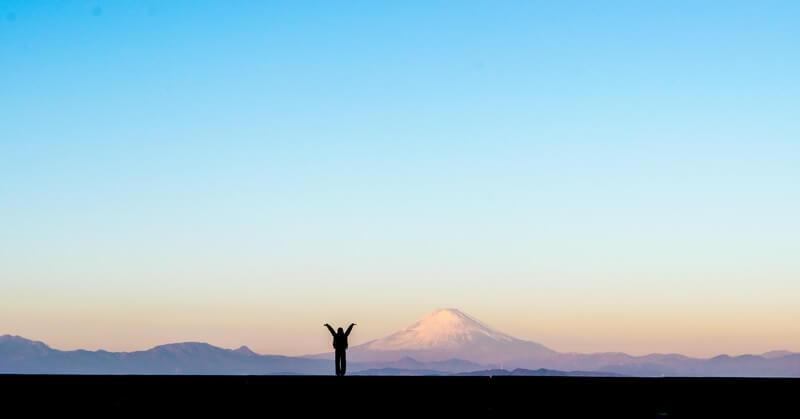新年!富士山をバックに両手をあげる女性のシルエット