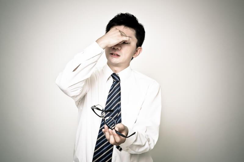 頭痛に悩むサラリーマン