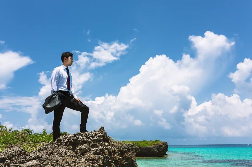 新しい環境で新生活をはじめる決意をする男性