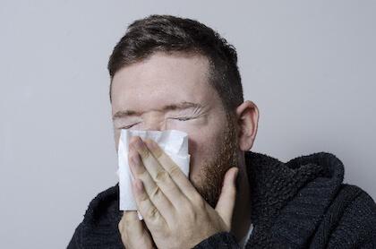 低体温が原因で風邪を引いた男性