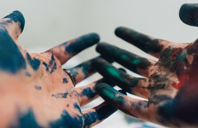 墨汁で汚れた手