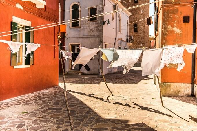 自宅で衣服を洗濯する風景