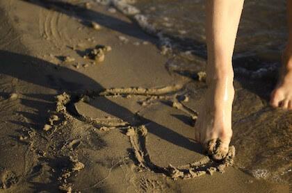 高級チョコを連想させる砂に書いたハート