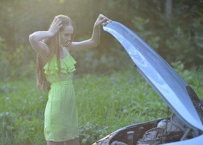 車のバッテリー交換 費用や寿命の目安となる症状は?自宅で充電は簡単!?