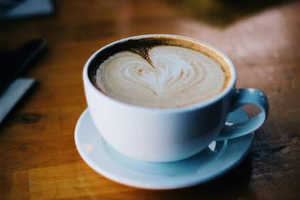 上司へのメールの前に落ち着く一杯のコーヒー