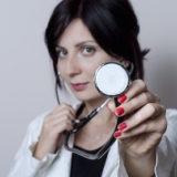 サラリーマンの健康診断を行う女医