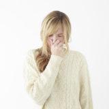 スギ花粉症とヒノキ花粉症に悩む女性