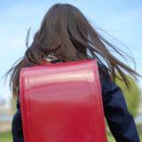 赤いランドセルを背負った女の子
