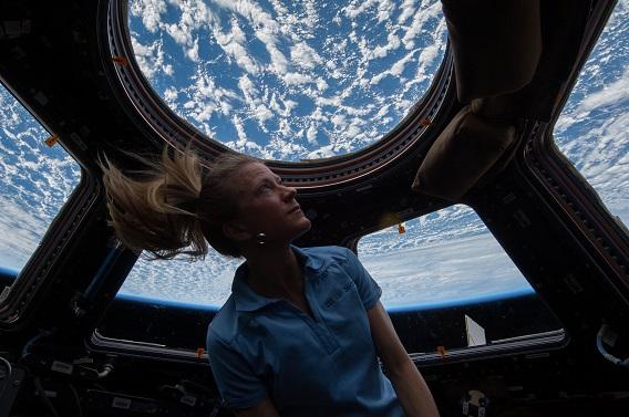 宇宙から地球を眺める女性