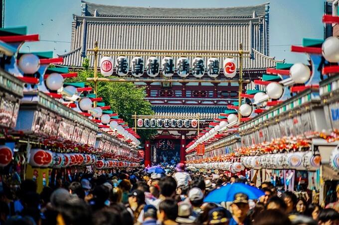 三社祭で盛り上がる浅草神社